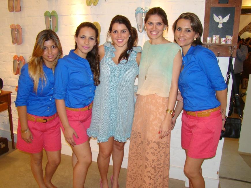 As donas da Manolita Debora e Isabela com a equipe de vendedoras da loja