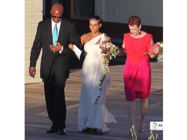 Alicia Keys com um vestido de noiva simples de Vera Wang