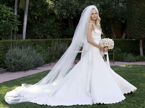 Avril Lavigne com um vestido de noiva Vera Wang super romântico